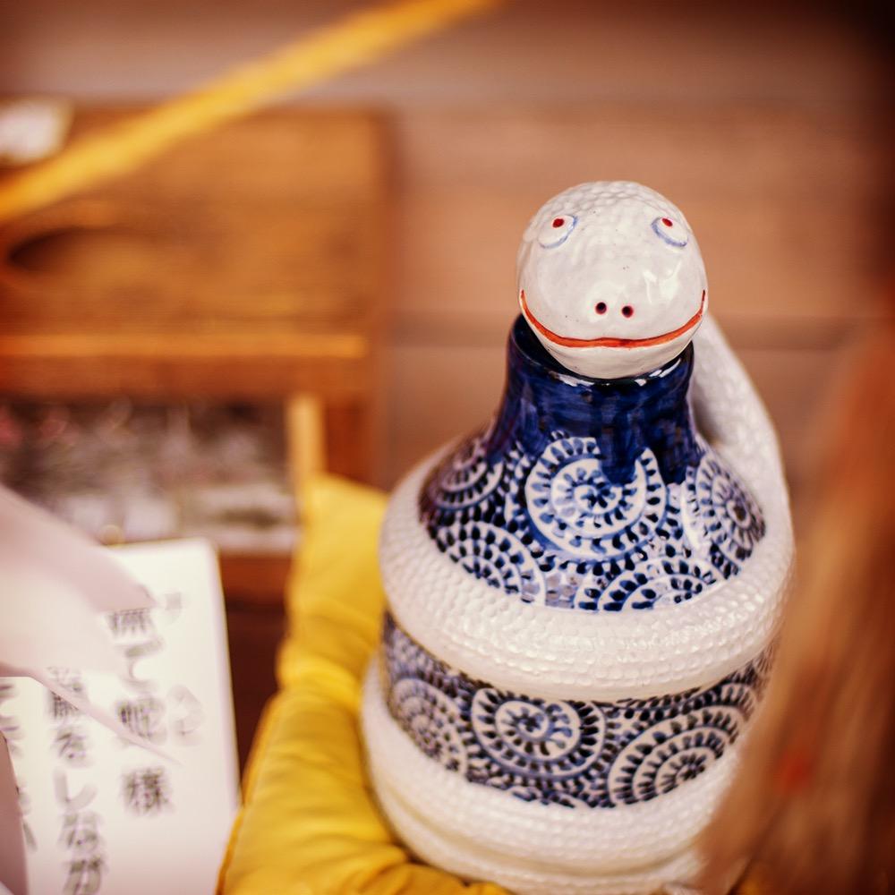 お賽銭箱の横にちょこんと座る「撫で蛇様」