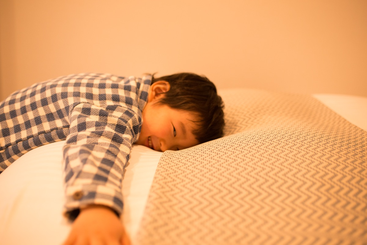2階にはシングルベッドが2つ、ふかふかの布団で就寝