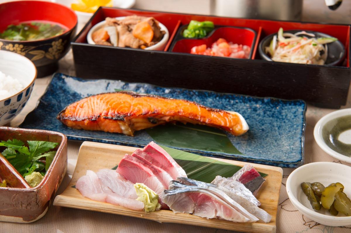 鮭の味噌漬け焼きもお刺身も全部味わえる「のいち御膳」